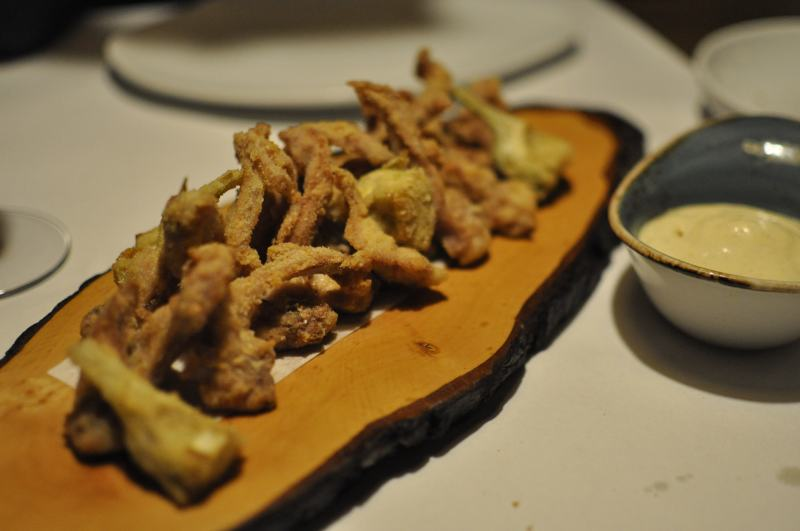 Costillas de conejo con alcachofas rebozadas con alioli de manzana (Rabbit´s ribs with artichokes breaded with apple aioli)